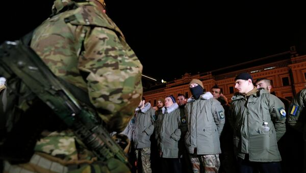 Volunteers line up to take an oath of the ranks of special battalion Azov, in Kiev, Ukraine, Saturday, Jan. 3, 2015 - Sputnik Mundo