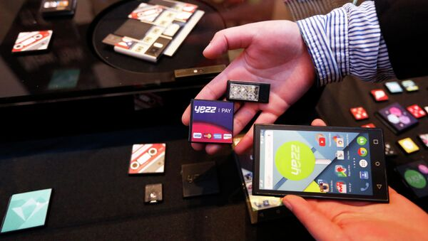 Prototype modular parts created by Yezz Mobile for Project Ara, Google's modular smartphone project, are shown during the Mobile World Congress in Barcelona March 1, 2015 - Sputnik Mundo