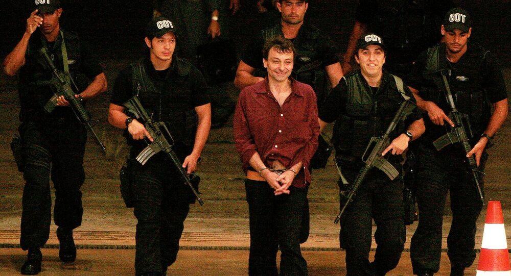 Exactivista italiano Cesare Battisti es escoltado por agentes de la Policía Federal de Brasil, 2007