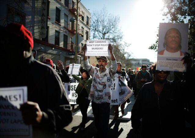 Manifestacion de protestas por el asesinato de un indigente inerme de raza negra por los policías