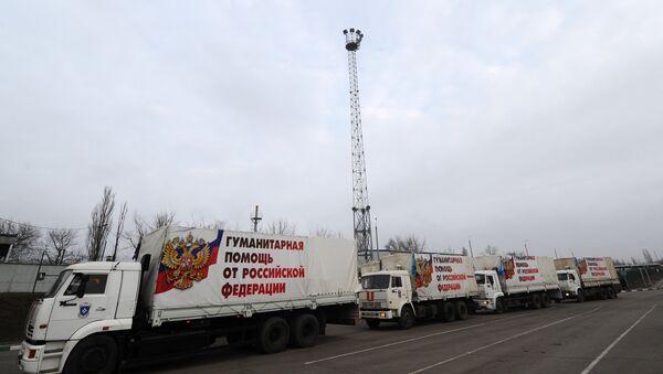 El 17º convoy humanitario  ruso para Donbás cruza la frontera ruso-ucraniana - Sputnik Mundo