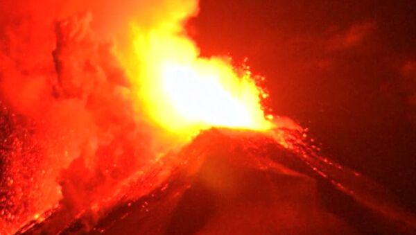Volcán de Chile esparce lava ardiente a cientos de metros - Sputnik Mundo