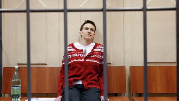 Ukrainian military pilot Nadezhda Savchenko sits inside a defendants' cage as she attends a court hearing in Moscow March 4, 2015. - Sputnik Mundo
