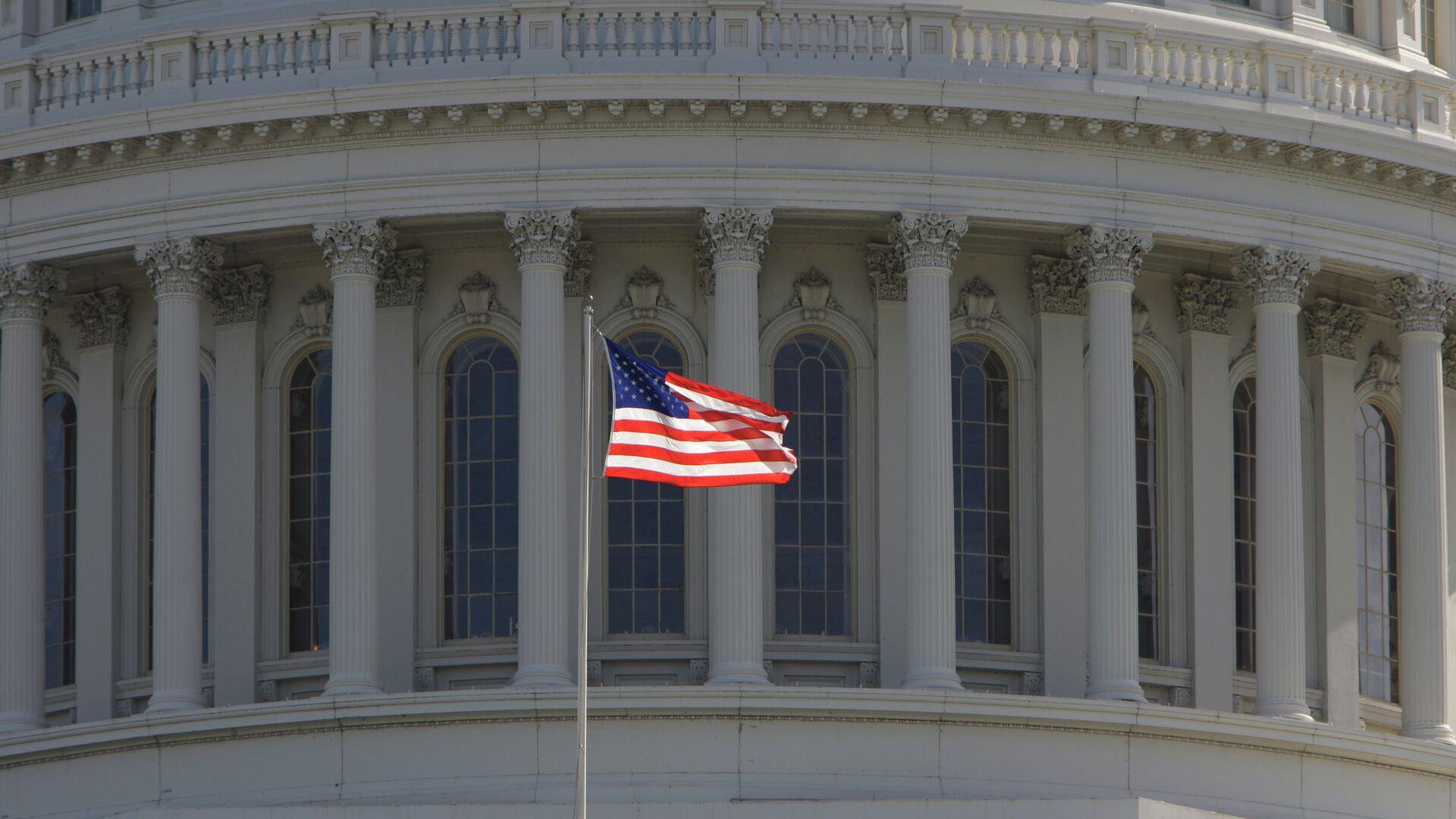 Bandera estadounidense frente al Capitolio de EEUU en Washington - Sputnik Mundo, 1920, 10.02.2021