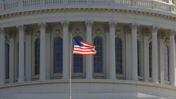 Bandera estadounidense frente al Capitolio de EEUU en Washington - Sputnik Mundo