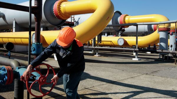 Ukrainian worker operates a valve at a gas storage point in Bil 'che-Volicko-Ugerske underground gas storage facilities in Strij, outside Lviv, Ukraine - Sputnik Mundo