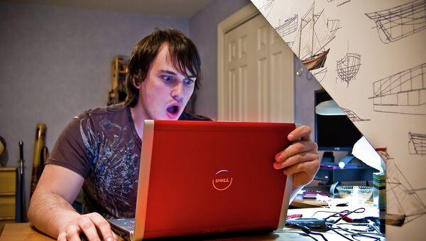 Юноша за компьютером удивлен - Sputnik Mundo