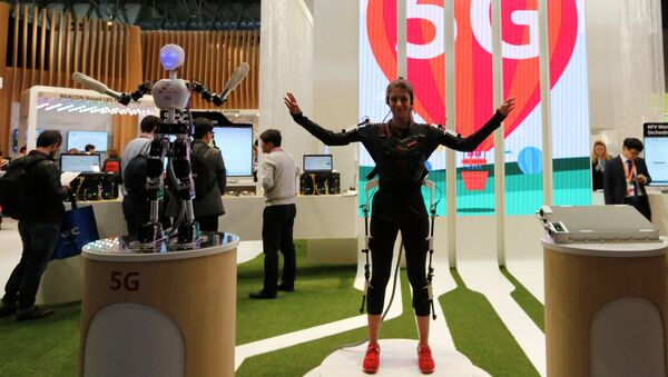 An SK telecom exhibitor directs the robot's movements using 5G on the last day at the Mobile World Congress in Barcelona March 5, 2015 - Sputnik Mundo