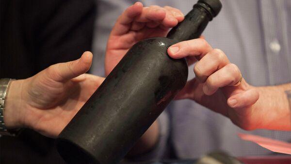 Botella de vino del buque Mary Celestia - Sputnik Mundo
