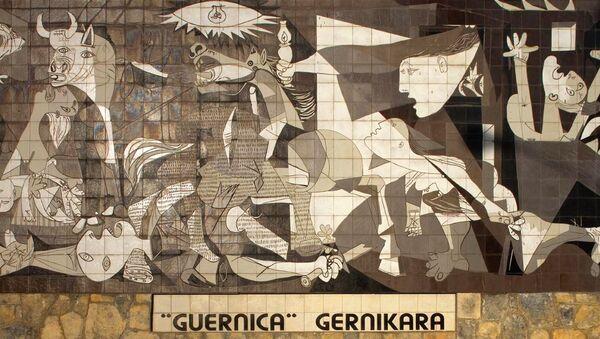 Guernica de Pablo Picasso (en una reproducción en azulejos) - Sputnik Mundo