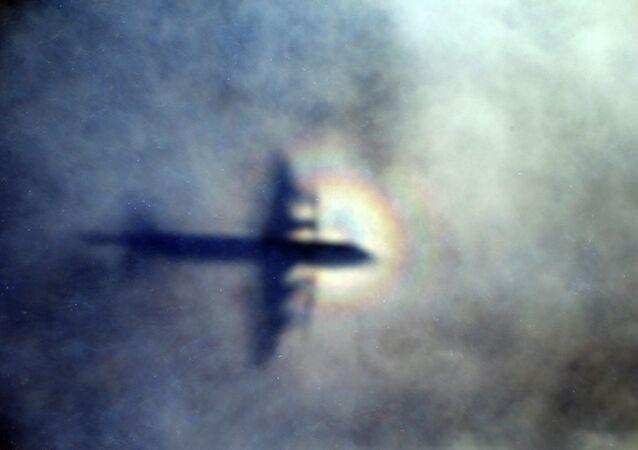 La sombra de un avión que realiza la búsqueda del MH370