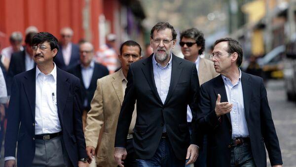 Spain's Prime Minister Mariano Rajoy (C) with Secretary General for International Development Cooperation Gonzalo Robles (R) in Antigua, Guatemala March 8, 2015 - Sputnik Mundo