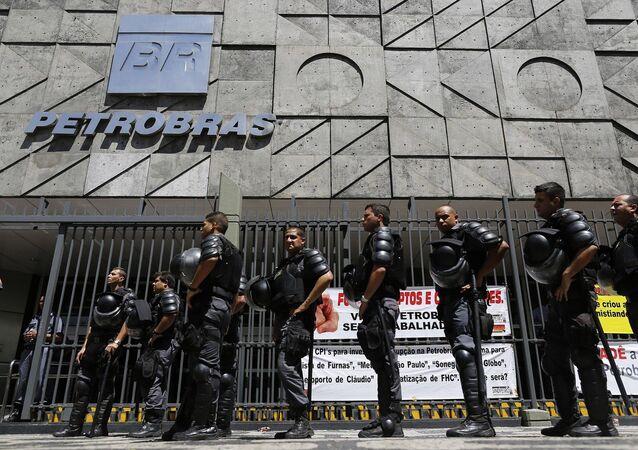Agentes de la policía hacen guardia durante una protesta de trabajadores del Petrobras en Río de Janeiro