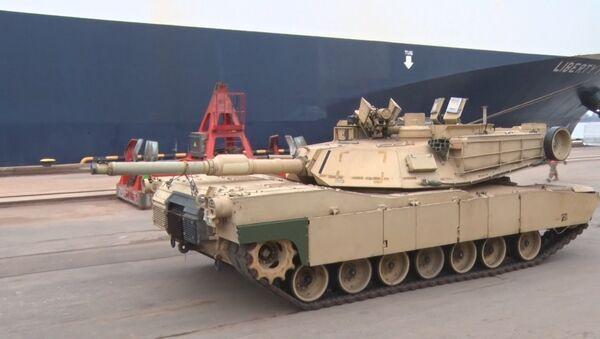Militares de EEUU descargan tanques Abrams y blindados M2A3 Bradley en el puerto de Riga - Sputnik Mundo