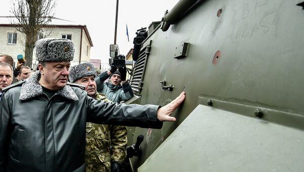 Petró Poroshenko inspeccionan vehículo blindado ligero Saxon (Archivo) - Sputnik Mundo