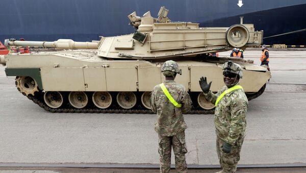 Tanques norteamericanos Abrams llegan a Riga - Sputnik Mundo