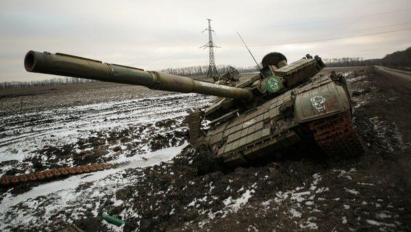 Танк ополченцев Донецкой народной республики (ДНР), подорвавшийся на минном поле при освобождении Углегорска - Sputnik Mundo