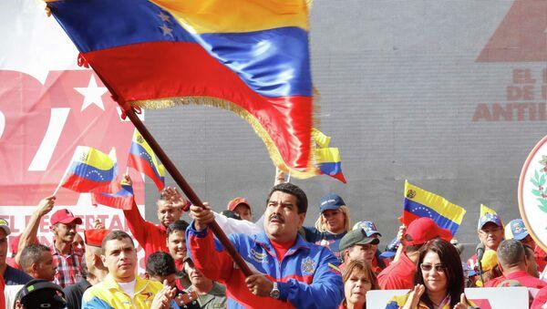 Venezuela's President Nicolas Maduro (C) waves a Venezuelan flag during a rally to commemorate the 26th anniversary of the social uprising known as 'Caracazo' - Sputnik Mundo