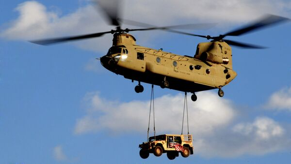 U.S. Army Chinook Helicopter makes its landing approach American Humvee - Sputnik Mundo