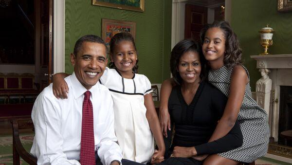 El presidente de EEUU Barack Obama con su esposa Michelle y sus hijas - Sputnik Mundo