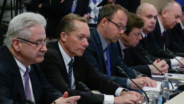 Emmanuel Quidet (izda.), presidente de la Cámara Franco-Rusa de Comercio, durante un encuentro de hombres de negocios de diferentes países con el jefe del Parlamento ruso - Sputnik Mundo