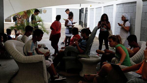 Los cubanos usan internet conección tras el establecimiento de la comunicación telefónica directa - Sputnik Mundo