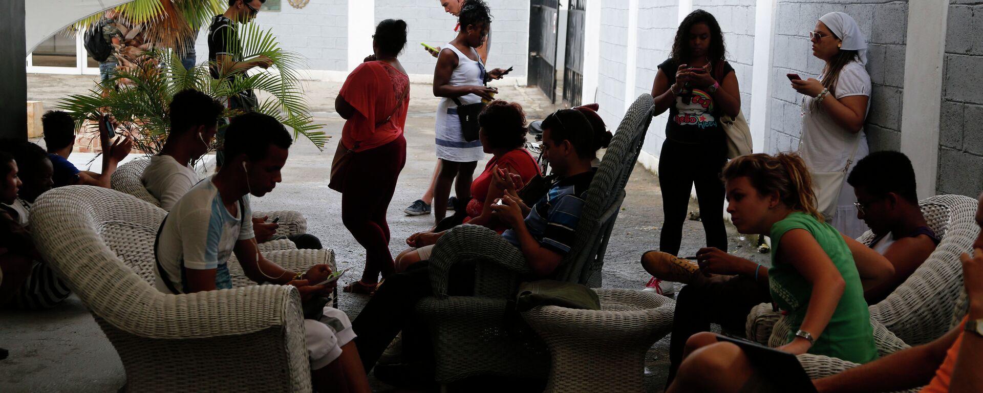 People use a free Wi-Fi network at a center run by famed artist Kcho, in Havana, Cuba, Wednesday, March 11, 2015.  - Sputnik Mundo, 1920, 11.08.2021