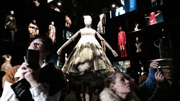 Люди на выставке 'Дикая красота Александра Маккуина - Sputnik Mundo