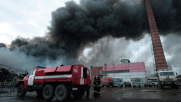 Firefighters extinguish a fire at a shopping mall in Kazan, 720 kilometers (450 miles) east of Moscow, Russia - Sputnik Mundo