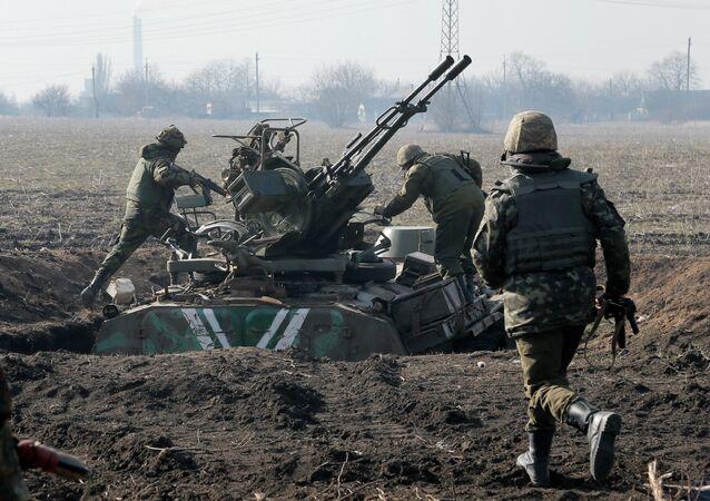 Los soldados ucranianos toman posiciones en la frontera afueras de Kurahovo, en la región de Donetsk, El miércoles, 11, 2015