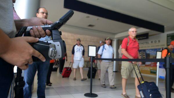 Personal de Salud Pública de Honduras pantalla de los pasajeros para el virus de ébola en el aeropuerto internacional de Tegucigalpa - Sputnik Mundo