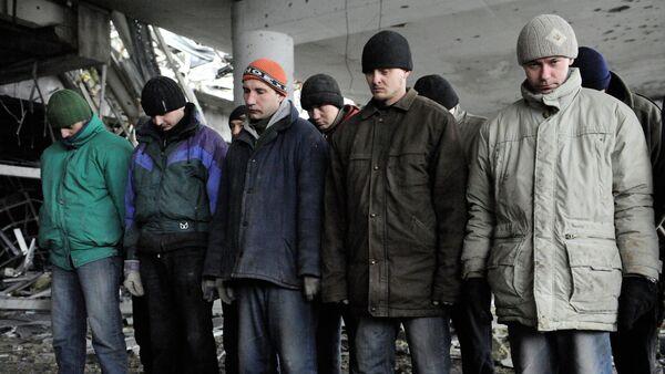 Prisioneros de guerra de las Fuerzas de Seguridad de Ucrania en el aeropuerto de Donetsk - Sputnik Mundo