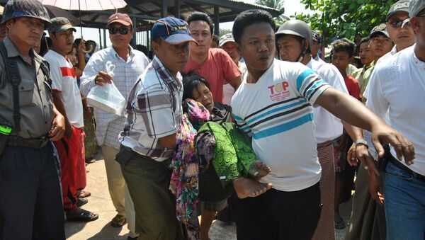A survivor (C) from an overloaded ferry that sank is carried after she arrived at Kyaukphyu jetty in western Myanmar Rakhine state on March 14, 2015. - Sputnik Mundo