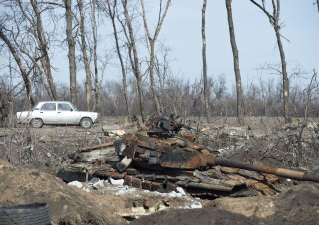 Un tanque ucraniano destruido cerca de Debaltsevo