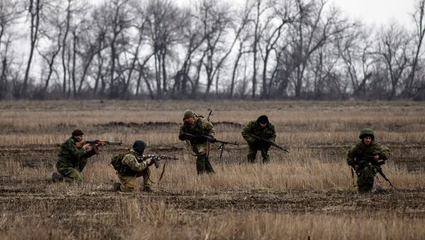 Pro-Russian rebels practise shooting in the village of Chornukhyne - Sputnik Mundo