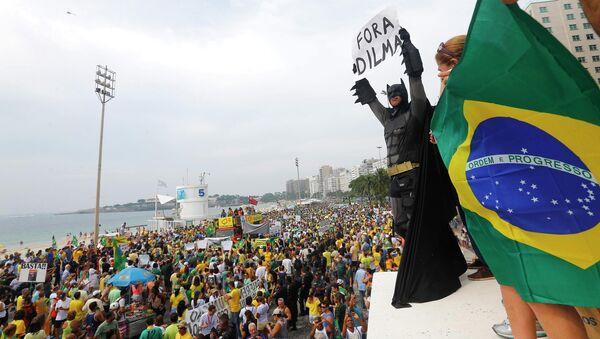 Manifestantes protestan contra el gobierno de Dilma Rousseff - Sputnik Mundo