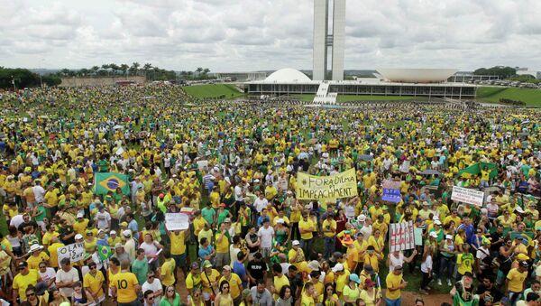 Dilma Rousseff cree que las manifestaciones refuerzan la fortaleza democrática de Brasil - Sputnik Mundo