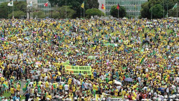 Demonstrators take part in a protest against Brazil's President Dilma Rousseff in Brasilia March 15, 2015 - Sputnik Mundo
