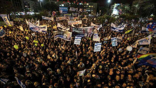 Israelis attend a right-wing rally in Tel Aviv's Rabin Square ahead of the coming election March 15, 2015. - Sputnik Mundo