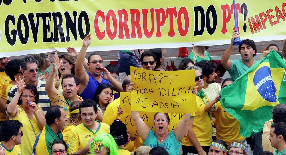 Manifestantes protestan contra el gobierno de Dilma Rousseff
