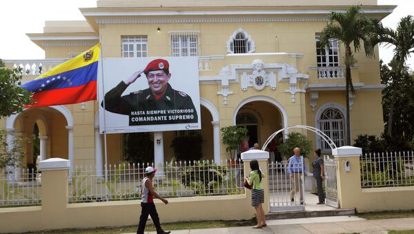 A banner of Venezuela's late president Hugo Chavez is seen at the Venezuelan embassy in Havana - Sputnik Mundo