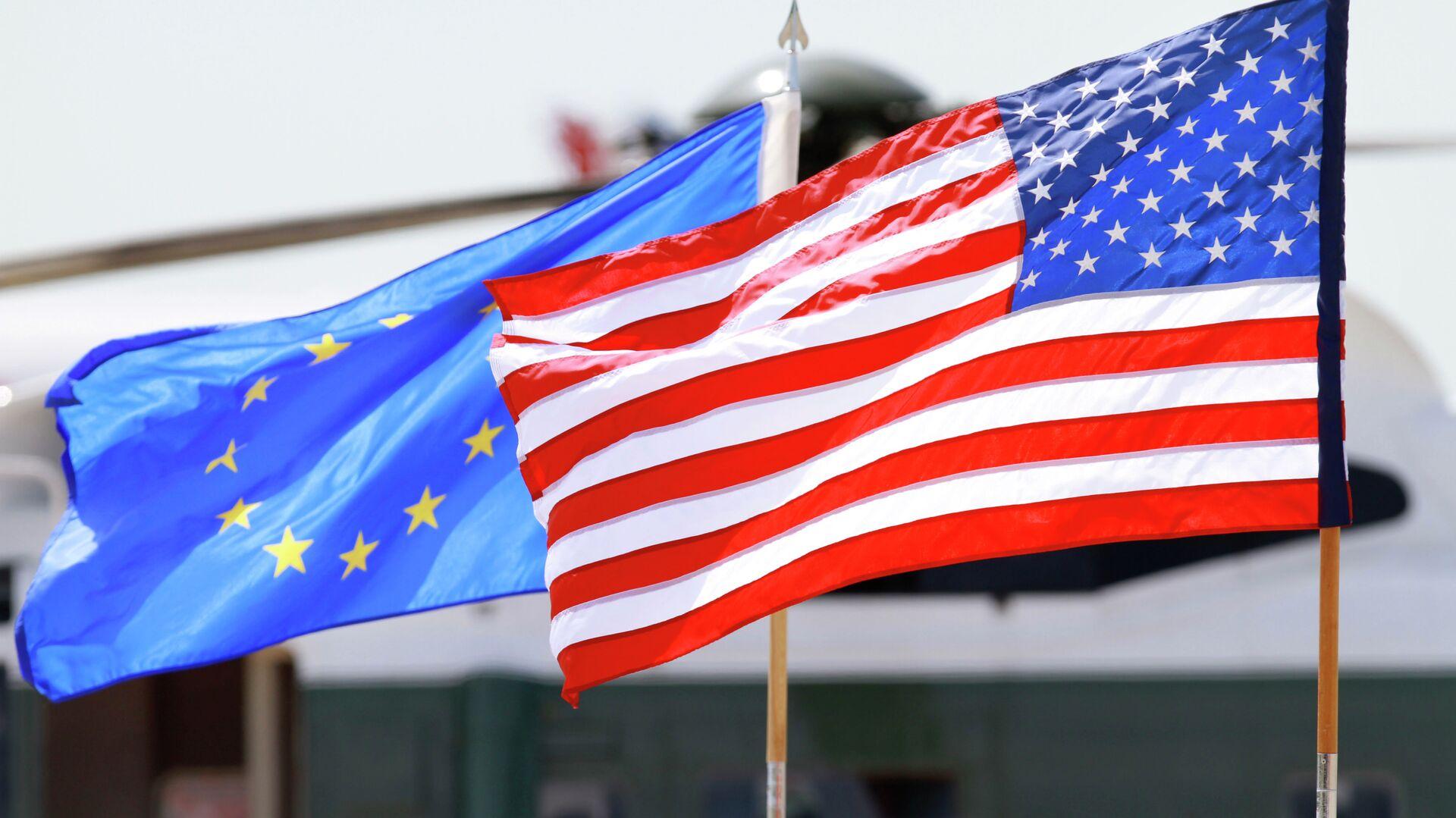 Banderas de la UE y EEUU - Sputnik Mundo, 1920, 20.04.2021