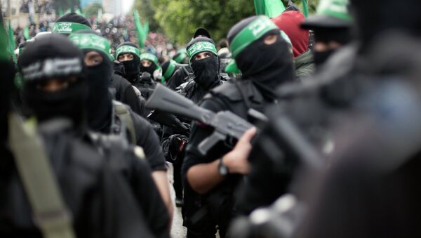 Palestinian Hamas masked gunmen display their military skills during a rally to commemorate the 27th anniversary of the Hamas militant group, in Gaza City, Sunday, Dec. 14, 2014 - Sputnik Mundo