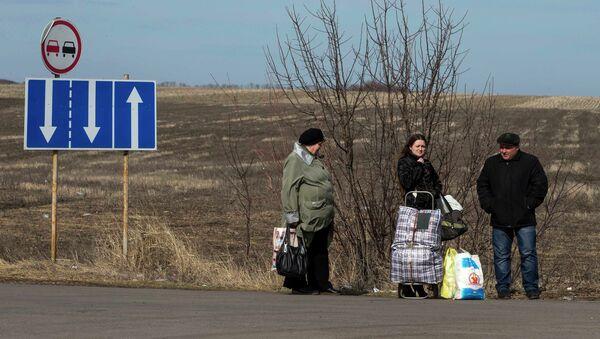 Gente está de pie cerca de frontera entre Ucrania y Rusia - Sputnik Mundo