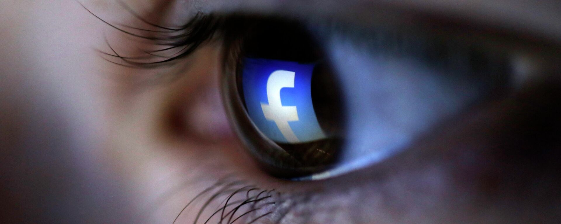 A picture illustration shows a Facebook logo reflected in a person's eye, in Zenica, March 13, 2015 - Sputnik Mundo, 1920, 05.04.2021