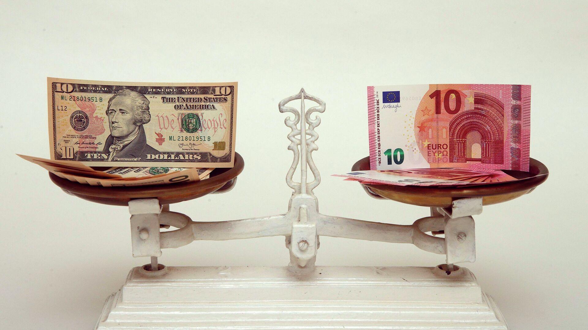 Dólar y euro en la báscula  - Sputnik Mundo, 1920, 22.08.2021