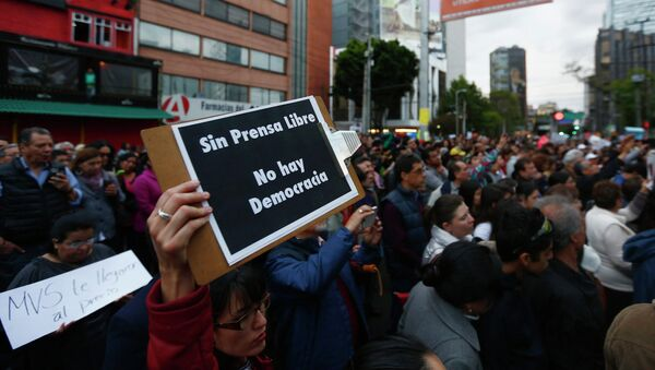 A supporter holds a sign during a protest against the dismissal of Mexican journalist Carmen Aristegui, outside MVS Radio's station building in Mexico City March 16, 2015 - Sputnik Mundo