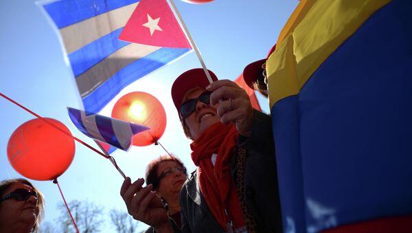 Los rusos con las banderas de Cuba y Venezuela durante las celebraciones del Día del Trabajo el 1 de mayo en el centro de Moscú - Sputnik Mundo