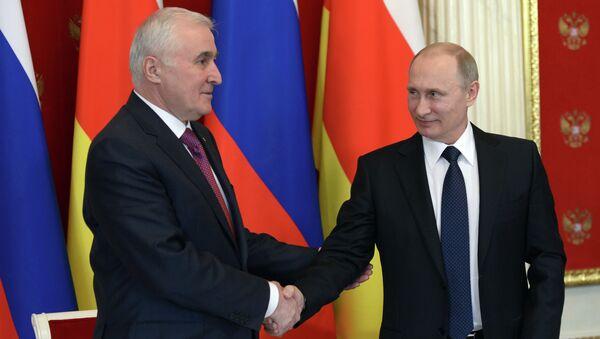 Vladímir Putin, presidente ruso, con su homólogo suroseta, Leonid Tibílov (archivo) - Sputnik Mundo