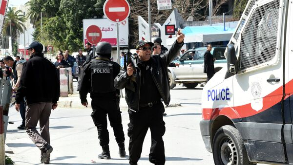Tunisian security forces secure the area after gunmen attacked Tunis' famed Bardo Museum on March 18, 2015 - Sputnik Mundo